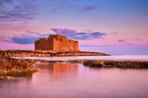 Pafos hafenschloss in pathos, zypern, auf einem sonnenuntergang