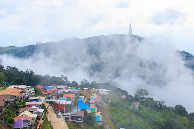 Pagode auf berg mit dem vollen landhaus des nebels und der farbe bei phu tub berk, thailand