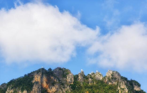 Pagode auf der klippe, wolken, die in den himmel schwimmen