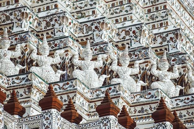 Pagode bei wat arun ratchawararam ratchaworamahawihan oder wat jaeng mit riesiger statue, bangkok, thailand. schön von der historischen stadt am buddhismustempel.