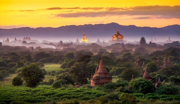 Pagodenlandschaft unter einem warmen sonnenuntergang in der dämmerung in der ebene von bagan, myanmar.