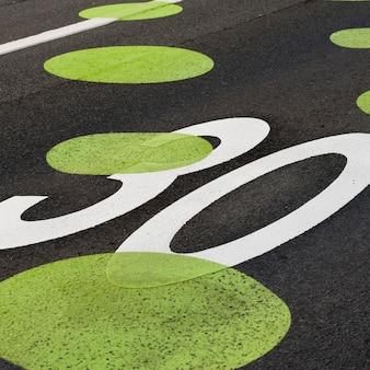 Painted punkte auf fahrbahn tempolimit