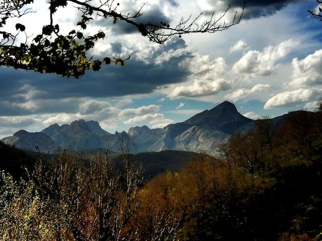 Paisaje tipico de los picos de europa con sus altas montaas y valles profundos