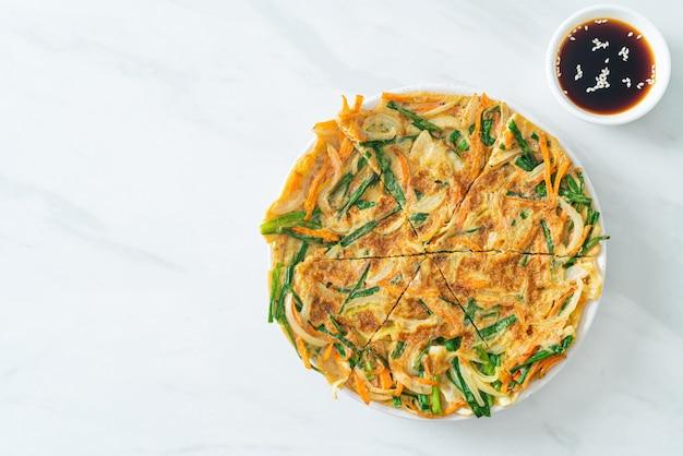 Pajeon oder koreanischer pfannkuchen oder koreanische pizza - asiatischer essensstil