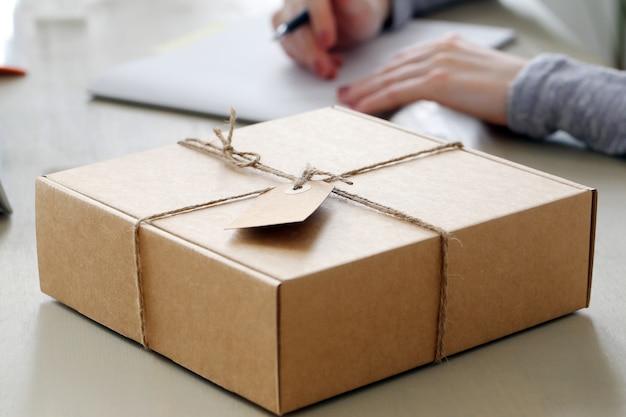 Paket auf dem tisch