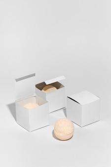 Paket für badebomben auf weißem hintergrund