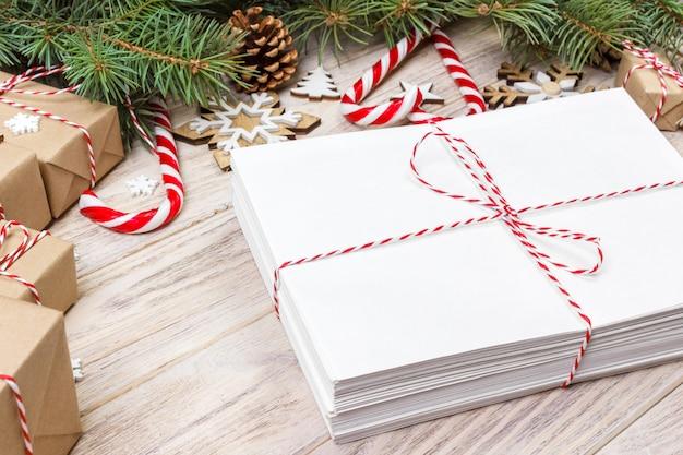 Paket im umschlag mit weihnachtsdekoration