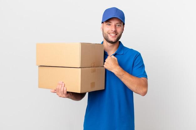Paket liefern mann, der sich glücklich fühlt und vor einer herausforderung steht oder feiert