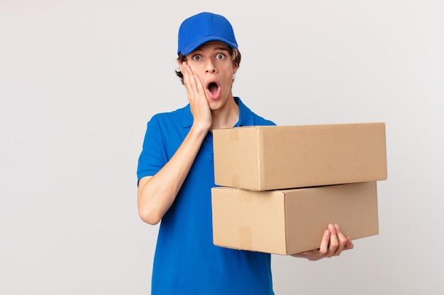 Paket liefern mann, der sich schockiert und verängstigt fühlt