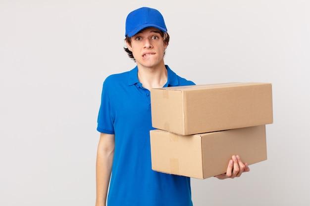 Paket liefern mann, der verwirrt und verwirrt aussieht