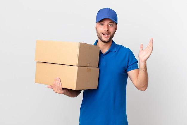 Paket liefern mann glücklich und erstaunt über etwas unglaubliches