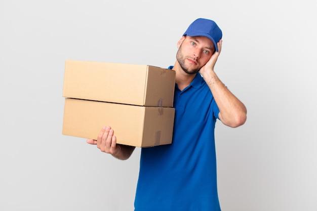 Paket liefern mann sich gelangweilt, frustriert und schläfrig nach einem ermüdenden