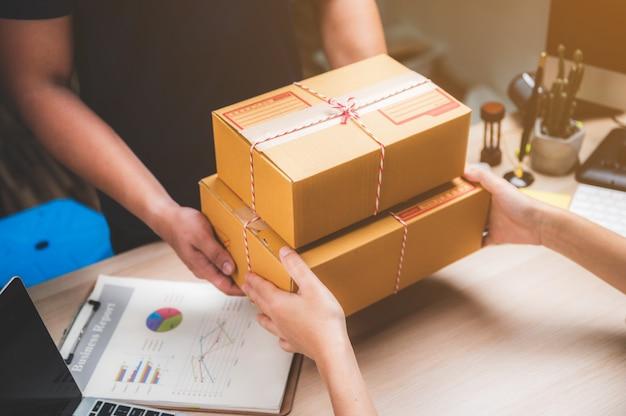 Paket-lieferservice im konzept der hauszustellung und des arbeitsservices