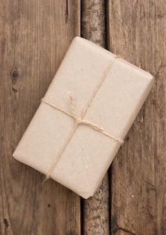 Paket mit braunem kraftpapier umwickelt und mit bindfaden gebunden