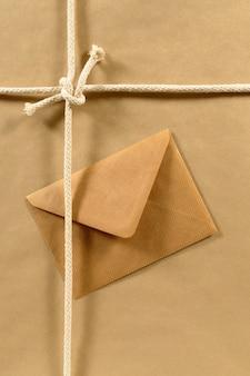 Paket mit seil und braunem umschlag