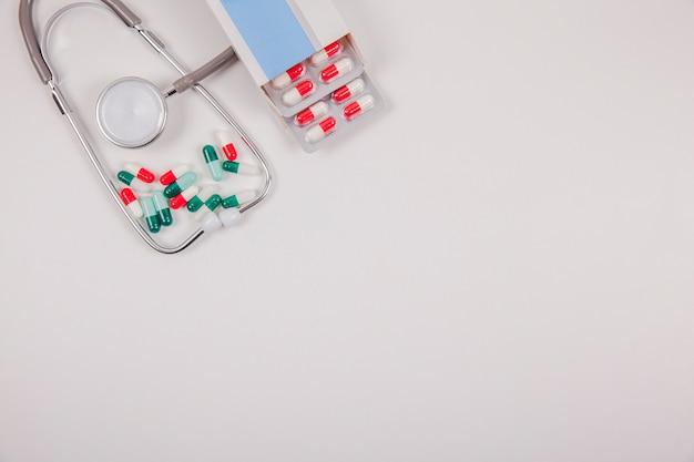 Paket von pillen, raum und stethoskop