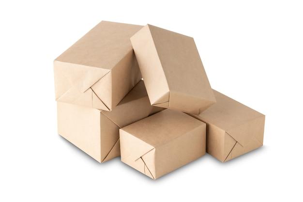 Pakete oder geschenke verpackt in geschenkpapier auf weißem hintergrund