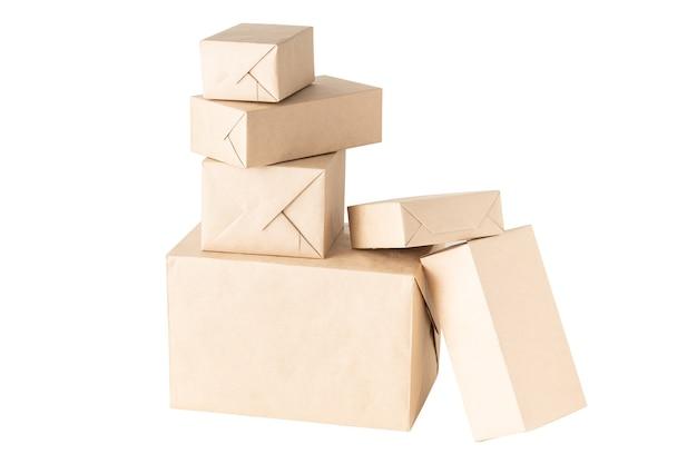 Pakete oder geschenke verpackt in geschenkpapier isoliert auf weißem hintergrund
