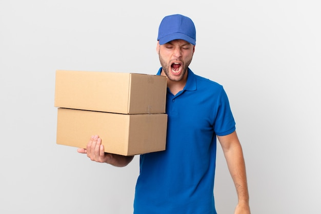 Paketlieferant, der aggressiv schreit und sehr wütend aussieht