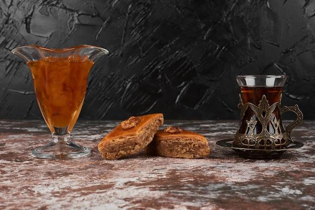 Pakhlava mit getränk auf einem holzbrett.