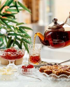 Pakhlava und marmelade mit schwarzem tee