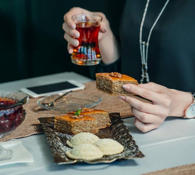Pakhlava und shekerbura präsentiert in vintage-platte in tee-setup