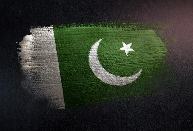 Pakistan-flagge gemacht von der metallischen bürsten-farbe auf dunkler wand des schmutzes