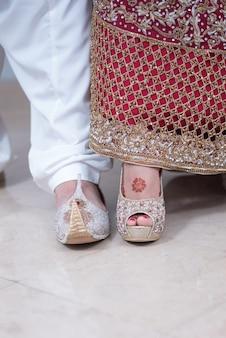 Pakistani indische bräute bräutigam zeigt schuhe und füße zusammen