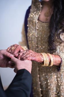 Pakistani indische bräute pflegen händchen haltend