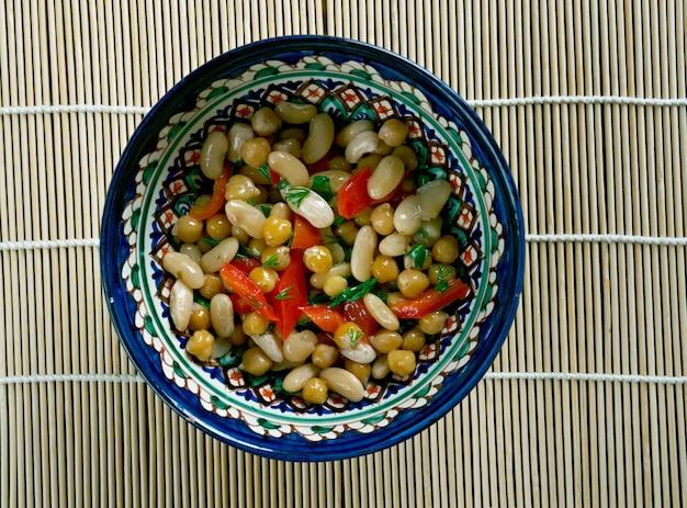 Pakistanischer gemischter bohnensalat - asiatischer salat mit weißen bohnen, kichererbsen, kräutern und pfeffer
