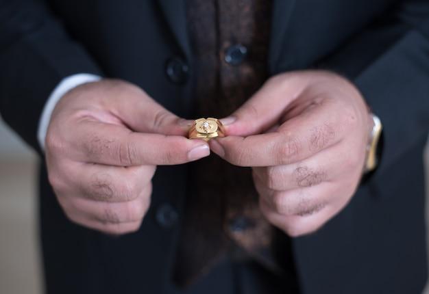 Pakistanischer indischer bräutigam, der ring hält