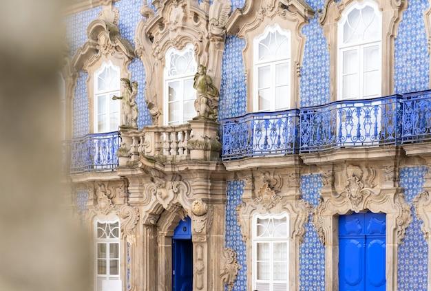 Palacio do raio in braga, portugal mit blauen fliesen bedeckt. palast aus dem 19. jahrhundert