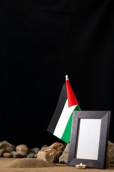 Palästinensische flagge mit bilderrahmen auf der dunklen oberfläche