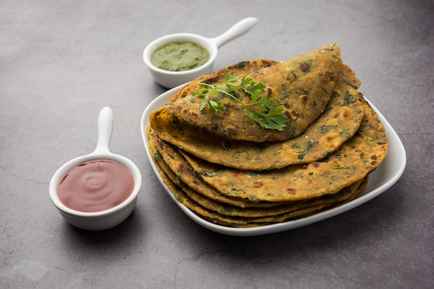Palak paratha ist ein köstliches und gesundes und schmackhaftes indisches fladenbrot aus mild gewürztem vollkornmehl und spinat