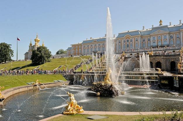 Palast und die kaskade der brunnen