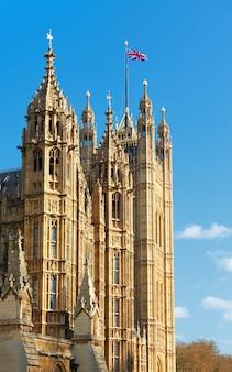 Palast von westminster, victoria tower mit britischer flagge an der spitze