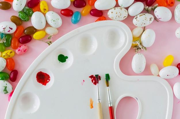 Palette in der nähe von eiern und gummibärchen
