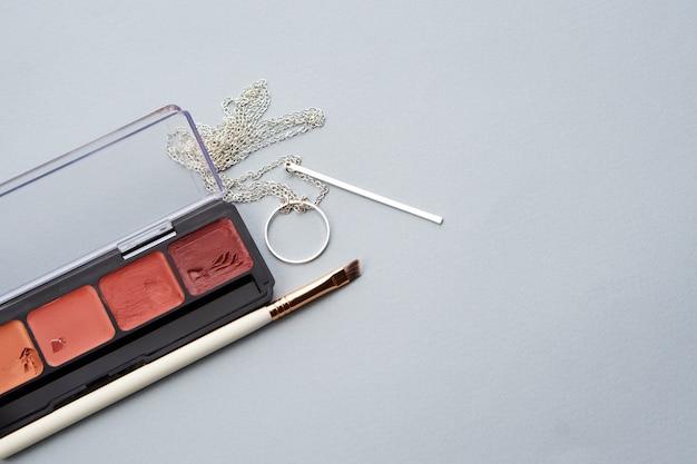 Palette mit lippenstift und make-up-pinseln