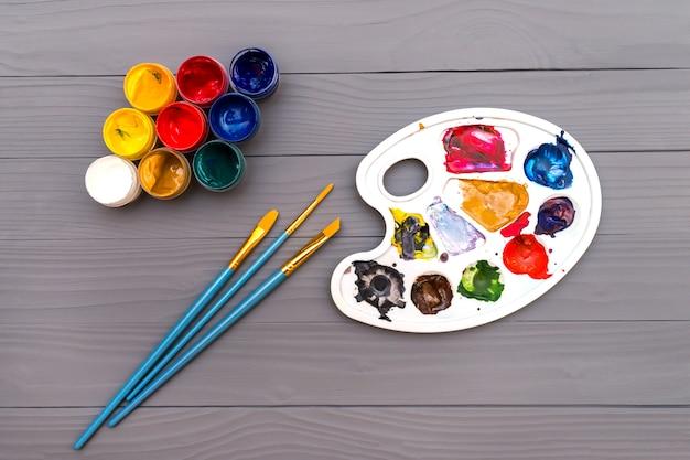 Palette mit pinseln und farben