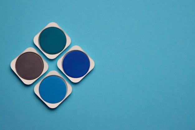 Palette von blau-, türkis- und grautönen von aquarellfarben auf einem hellblau