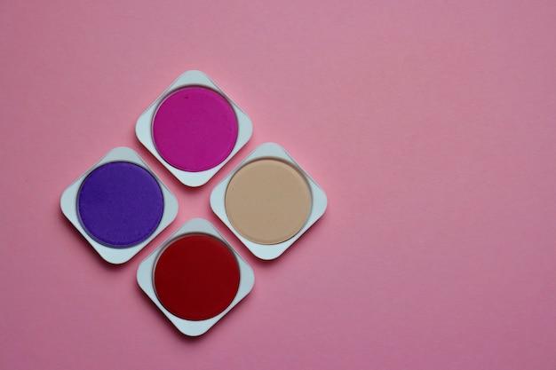 Palette von rosa, lila und roten tönen von aquarellfarben auf einem rosa Premium Fotos