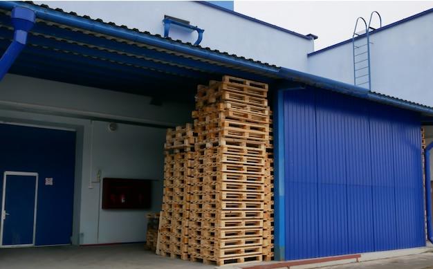 Paletten in einem stapel in einem produktionslager