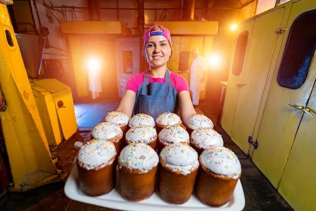 Paletten mit gebackenem ostern. industrielle herstellung von osterkuchen. bäckerei.