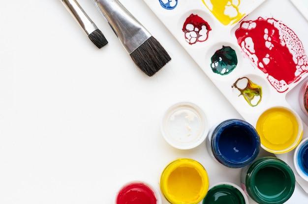 Paletten- und bürstenausrüstung für farblackhintergrund
