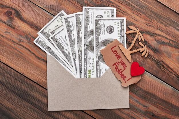 Palm und geld im umschlag. liebe dich vater inschrift. unvergessliche reise für papa.