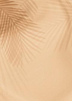 Palmblätter schatten auf einem beige
