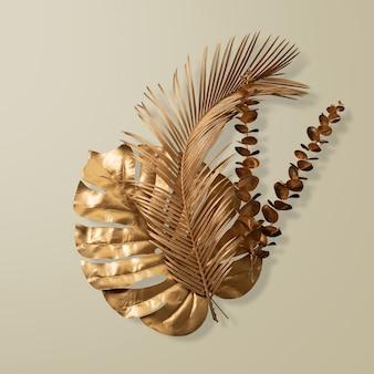 Palmblätter und goldene monstera, die licht im tropischen wald reflektieren, isoliert auf pastellgrau