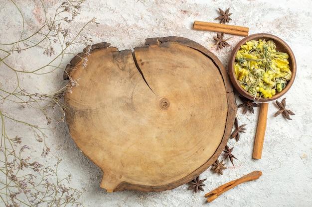 Palmenschale mit sternanis und zimtstangen herum