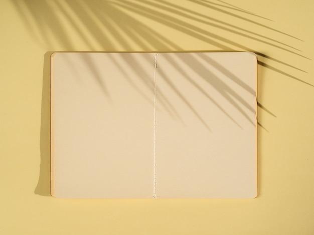 Palmenschatten auf einem papierblatt
