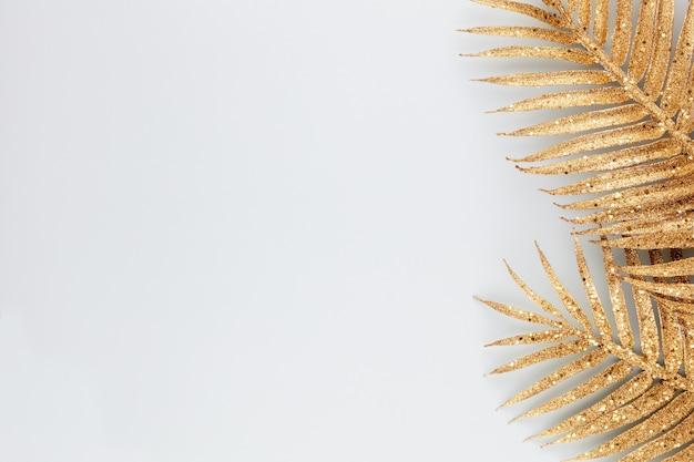 Palmgoldblatt auf blauem hintergrund palmblatt